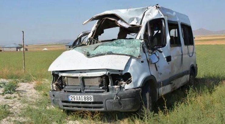 Feci kaza! Minibüs devrildi: 3 ölü, 14 yaralı